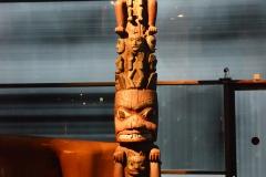 Mât héraldique du chef Kwarhsu dit Mât de l'Ours (Canada), vers 1880 - wikimedia commons, domaine public