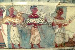 Fidèles apportant des offrandes, sarcophage d'Aghia Triada, époque néopalatiale, musée archéologique d'Héraklion - wikimedia commons, Wolfgang Sauber, CC BY-SA 3.0