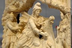 Mithra sacrifiant le taureau, 100-200-après J.C., Louvre Lens - wikimedia commons, serge ottaviani CCBY SA 3.0
