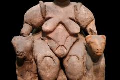 Dame aux fauves, Catal Höyük, Anatolie centrale, 8ème siècle av. J.-C. - wikimédia commons, Par Nevit Dilmen (talk) — Travail personnel, CC BY-SA 3.0,