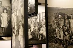 Musée Family of Man (détail salle d'exposition), Edward Steichen - SL2018
