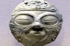Masque  d'argile Jômon au Japon , 300 ans av. J.-C. - wikimedia commons, par David  Mauro, CC BY-SA 4.0,