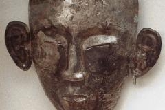 Masque funéraire chinois, époque Liao, 12ème siècle- wikimedia commons, par PHGCOM,  travail personnel, CC BY-SA 3.0,
