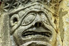 Masque démoniaque, chapiteau d'église romane - wikimedia commons, domaine public