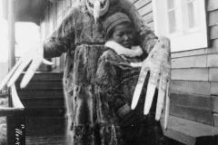 Medecine man yupik- wikimedia common ,par Carpenter, Frank G. (Frank George), 1855-1924, photographer, collector. — Library of Congress