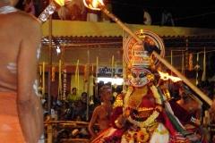 Drame dansé Mudiyettu, Inde  - Wikipédia commons malayalam, par RajeshUnuppally, domaine public