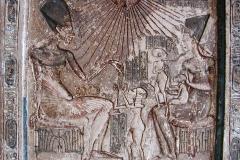 Bas relief Akhenaton, Nefertiti et leurs filles, musée du Caire, nouvel empire - wikimedia commons, Gérard Ducher (user:Néfermaât)., CC BY-SA 2.5