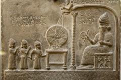 Bas relief Kuduru Shamash, 888-855 av. J.-C., British Museum - wikimedia commons, Prioryman, CC BY-SA 4.0